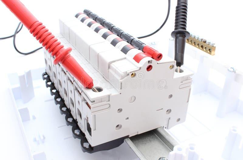 Elektrischer Schalter auf dem Bedienfeld- und Kabelvielfachmessgerät stockbilder