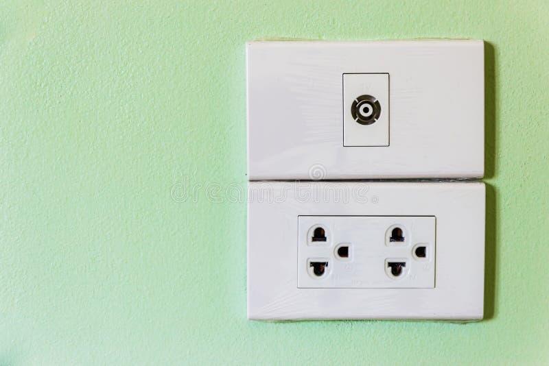 Elektrischer Schalter Und Bolzen Stockbild - Bild von plastik ...