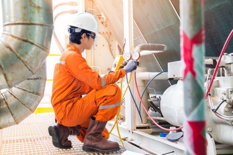 Elektrischer Spezialist, der Heizungs-Belüftungs- und Klimaanlage HVAC auf vorbeugender Wartung überprüft stockbilder