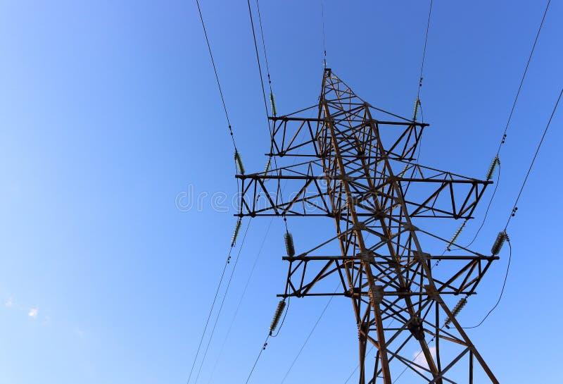 Elektrischer Turm auf blauem Himmel stockfotos