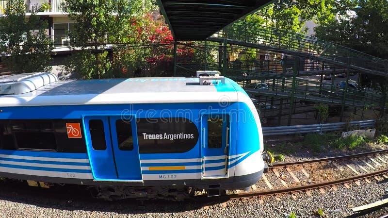 Elektrischer Zug Buenos Aires, der die Station verlässt stockbild