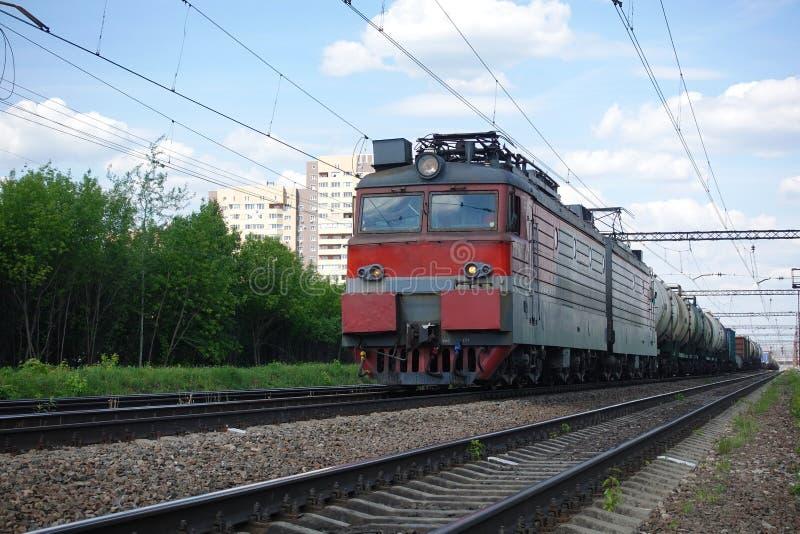 Elektrischer Zug mit einem Zug in Russland Baum auf dem Gebiet lizenzfreie stockbilder