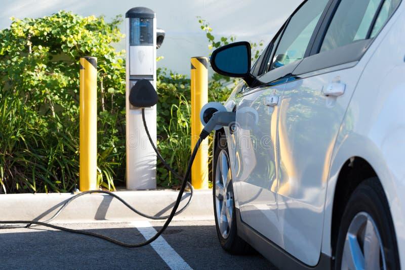 Elektrisches Auto-Aufladung lizenzfreies stockfoto