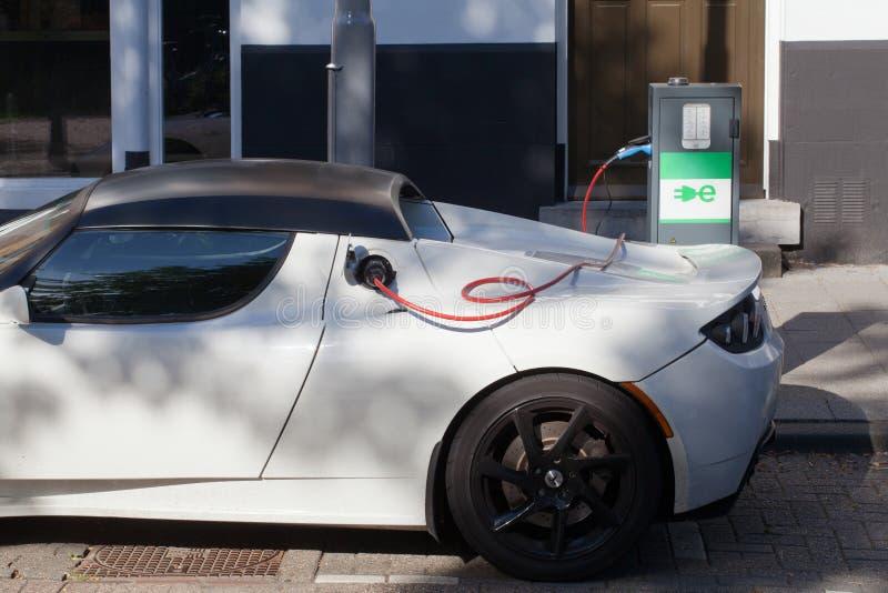 Elektrisches Auto-Aufladung stockfotografie