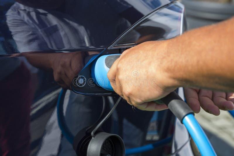Elektrisches Auto-Aufladung lizenzfreies stockbild