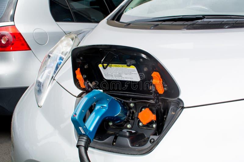 Elektrisches Auto-Aufladung lizenzfreie stockfotos