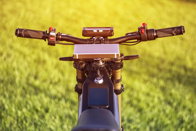 Elektrisches Fahrrad des Lenkrads mit Monitor und Suspendierung gabeln stockbild