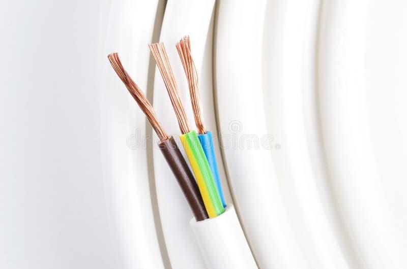 Elektrisches Kabel mit drei Isolierleitern lizenzfreies stockfoto