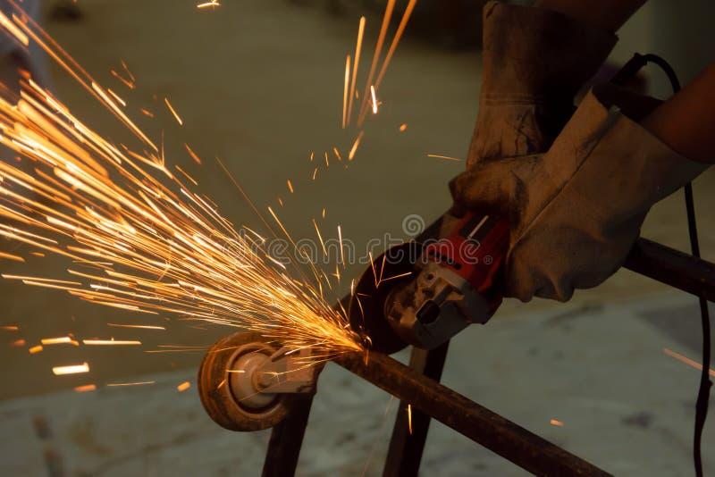 Elektrisches Rad, welches das Cuting auf Stahl reibt Funken vom Ausschnitt stockbild