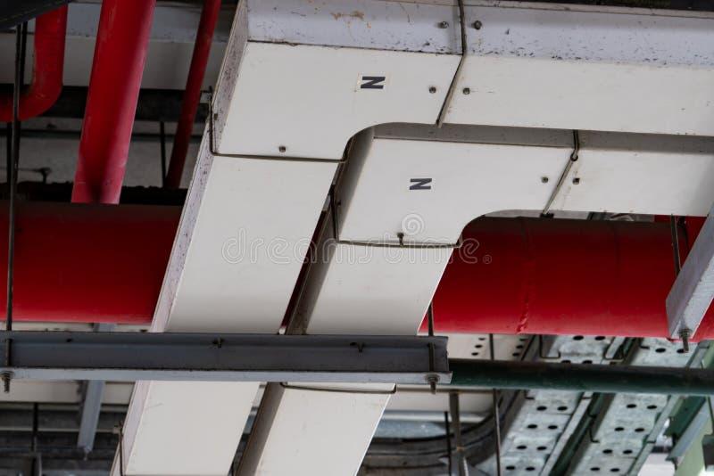 Elektrisches Rohrsystem Metallrohrleitung installiert auf Deckenwand des Gebäudes Drahtweise des elektrischen Kabels am Untergrun stockfoto