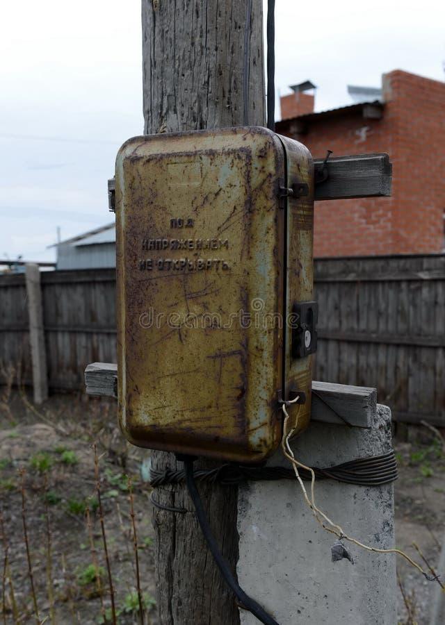 Elektrisches Schild der Straße in einem sibirischen Dorf lizenzfreie stockbilder