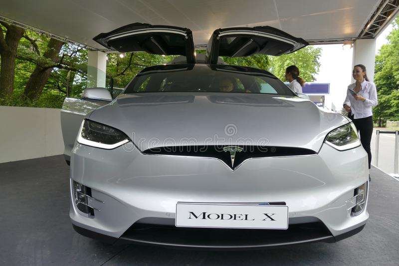 Elektrisches Supercarlogo Tesla auf Auto ` s Haubenabschluß herauf Ansicht lizenzfreies stockbild