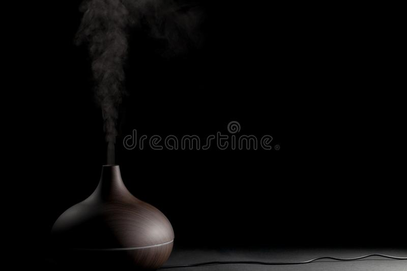 Elektrisk aromatherapyapparat Elektronisk diffusorgrej som är i bruk royaltyfria foton
