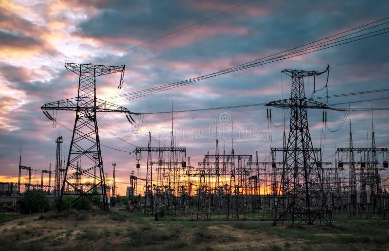 Elektrisk avdelningskontor med kraftledningar och transformatorer royaltyfri bild