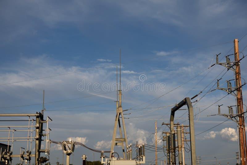 Elektrisk avdelningskontorarkitektur och höga spänningsströmförsörjninglinjer arkivbilder