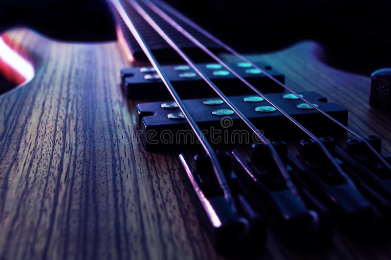 Elektrisk Bass Strings detalj royaltyfri fotografi