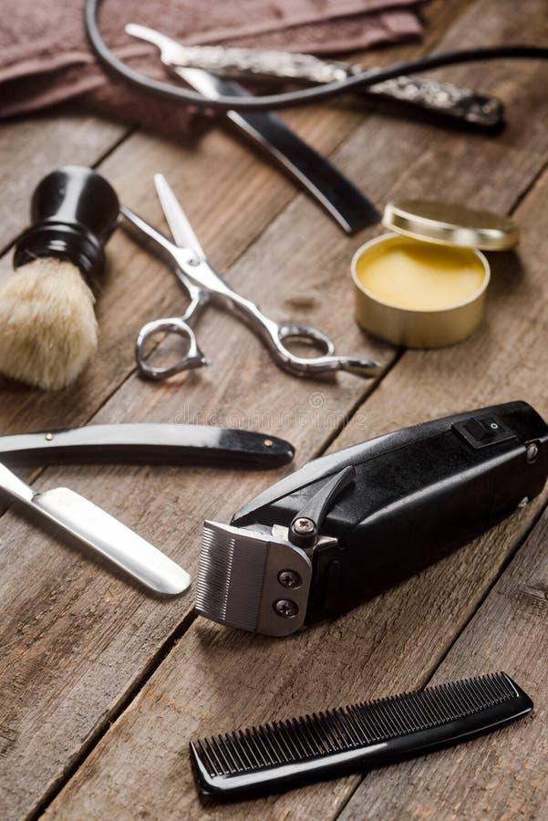 Elektrisk clipper och hårkam arkivfoton