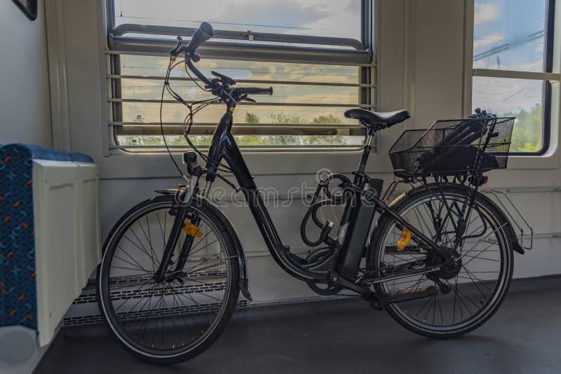 Elektrisk cykel i tjeckiskt drev i solig våreftermiddag arkivfoto