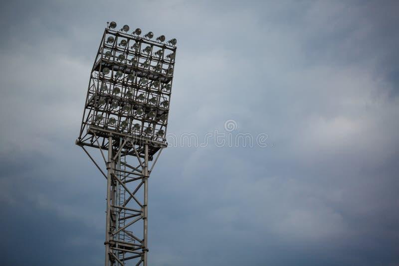 Elektrisk fläck-ljus exponering på en bakgrund för blå himmel Utomhus belysningsutrustning Stadionfläck-ljus torn kopiera avstånd arkivbild