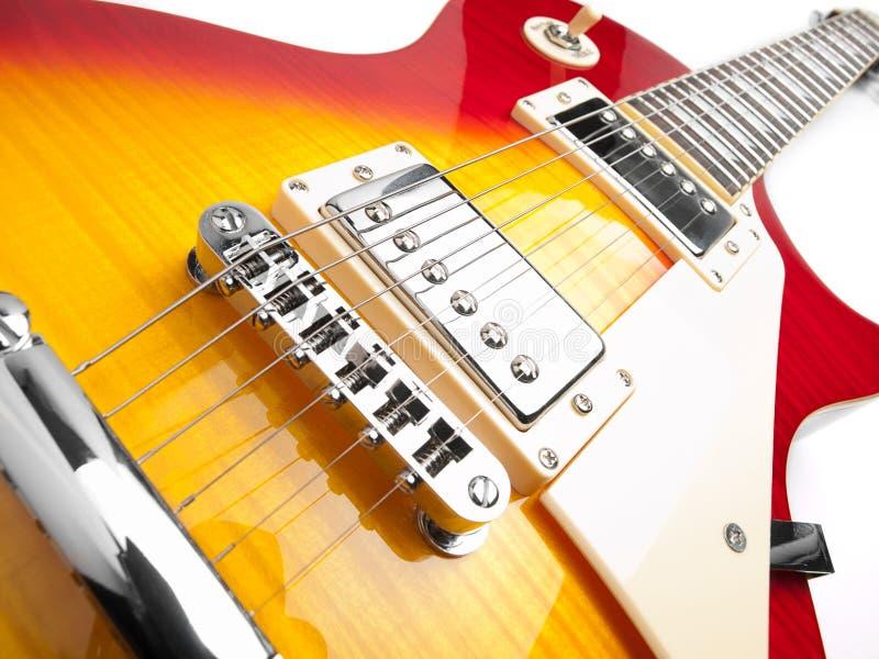 elektrisk gitarr för bakgrund över white royaltyfri bild