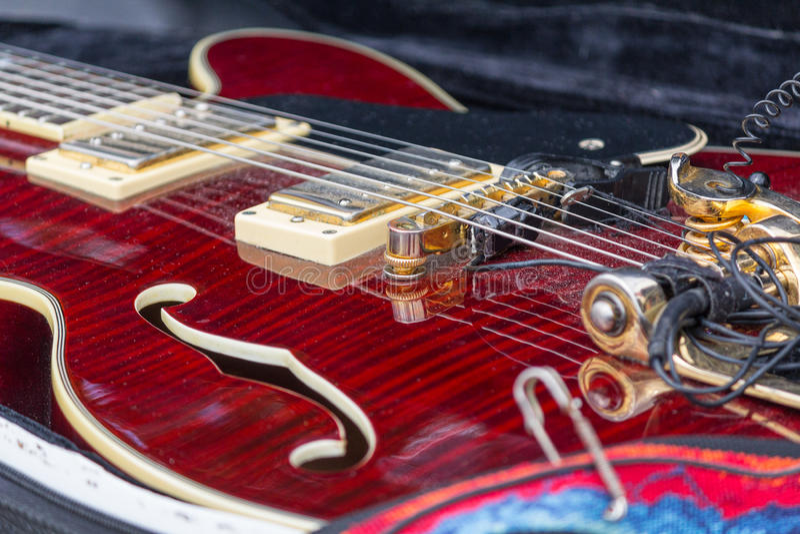 Elektrisk gitarr för hals i en fallnärbild royaltyfri fotografi