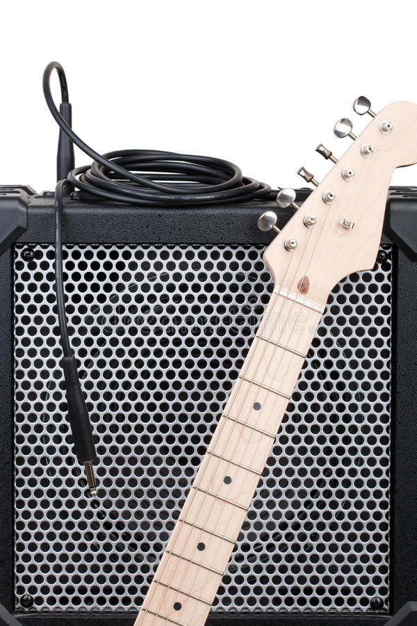 Elektrisk gitarr med förstärkaren och ljudsignal kabel med stålar arkivfoto