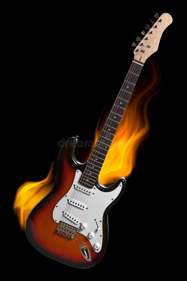 Elektrisk gitarr på brand som isoleras på svart vektor illustrationer