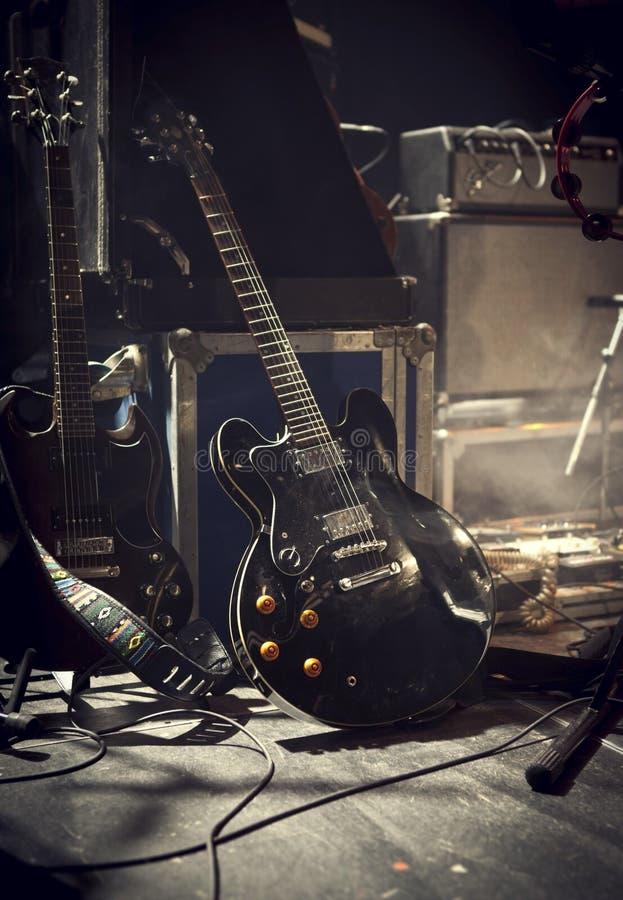 Elektrisk gitarr på etapp royaltyfria foton
