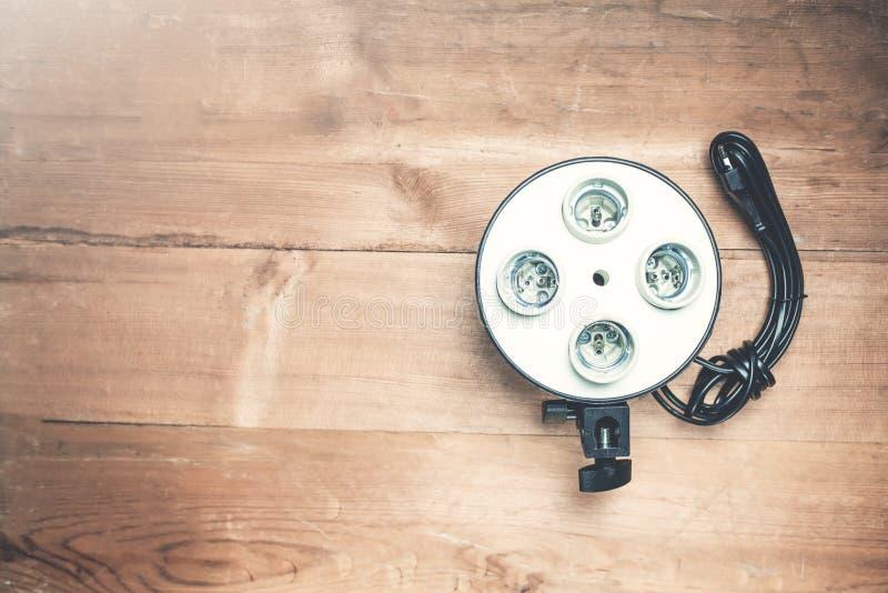 Elektrisk kassett för ljusa kulor på ett trä royaltyfria foton
