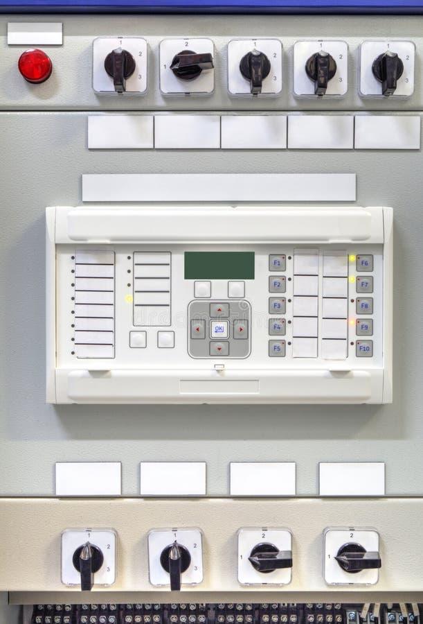Elektrisk kontrollbord med den elektroniska apparaten för reläskydd i modern elektrisk avdelningskontor arkivfoto