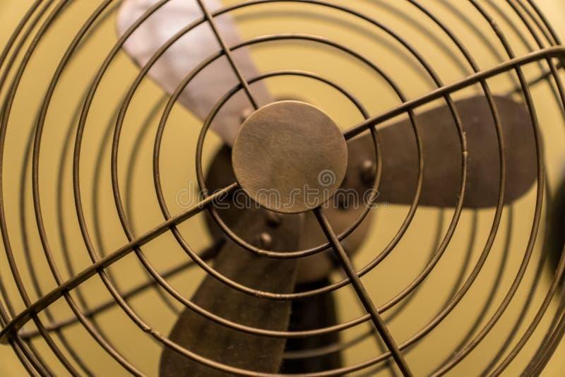 Elektrisk kyla fan för gammal stil som göras av mässing royaltyfri bild