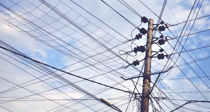 Elektrisk linje, isolatorer och fnuren för anslutning 11KV av anslutning royaltyfria bilder