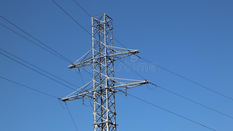 Elektrisk nätverkspol Maktteknologi Belägga med metall konstruktion Strategiska resurser Ekologimakt royaltyfri bild