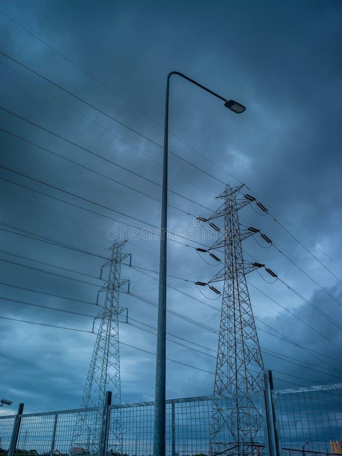 Elektrisk pol för hög spänning i regnstorm royaltyfria bilder