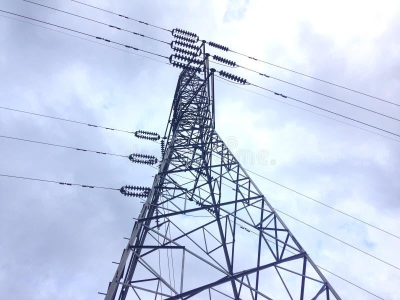 Elektrisk pol med bliehimmel och vit molnbakgrund arkivfoton