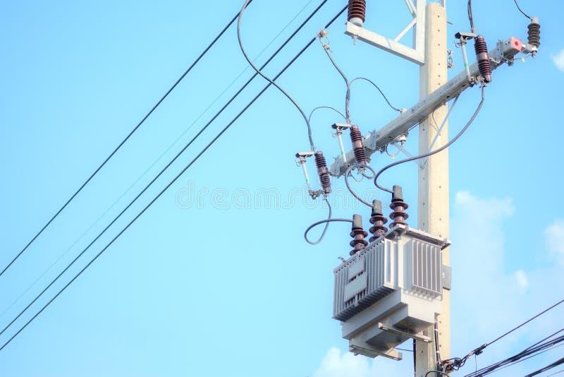 Elektrisk pol- och elkrafttransformator på himmelbakgrund royaltyfria foton