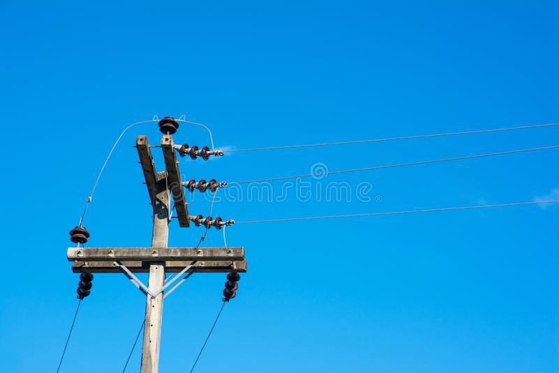 Elektrisk pol p? himmelbakgrund H?gt sp?nningsstolpeH?g-sp?nning torn p? himmelbakgrund royaltyfri fotografi