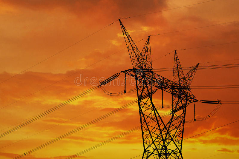 Elektrisk pylon och höga kraftledningar arkivbilder