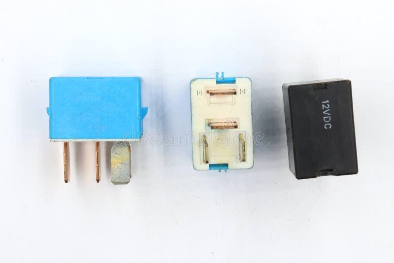 Elektrisk relä, elektrisk hjälprelä, spolemaktrelä, magnetisk contactor, del för automatisk som 12v isoleras på vit bakgrund arkivfoton