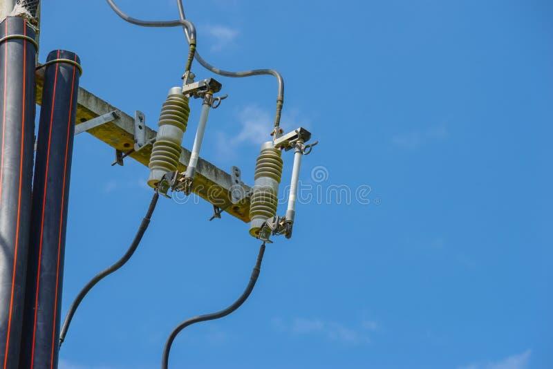 Elektrisk säkringsutrustning på elektrisk poltillförsel arkivfoto