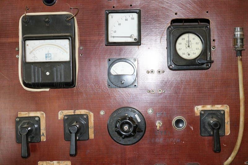 Elektrisk sköld för stor brun retro tappning med apparater med pilar och våg, knappar och vippströmbrytare, strömbrytare elektris royaltyfri foto