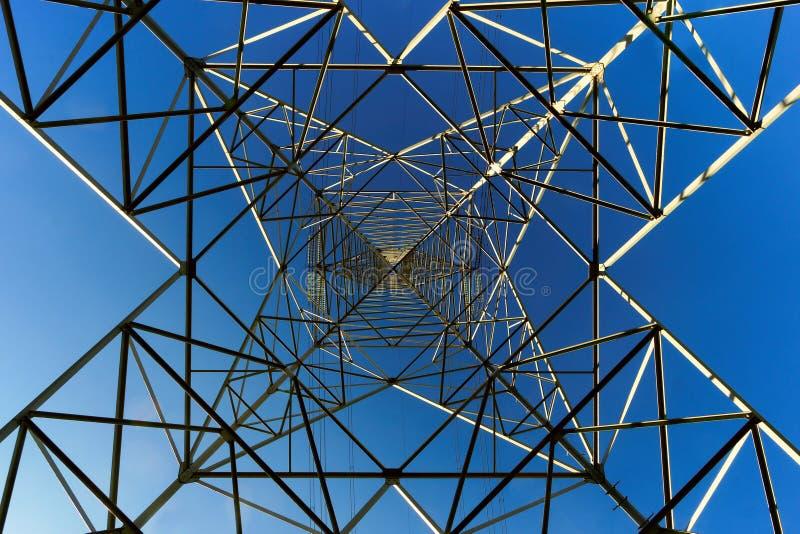 elektrisk spänning för högt torn royaltyfria bilder