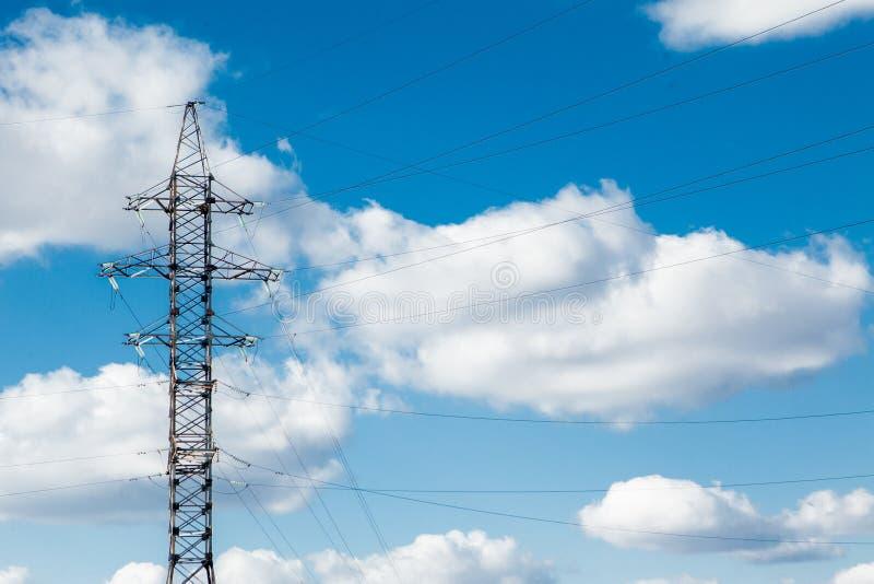 elektrisk spänning för högt torn Hög spänningsstolpe eller högt begrepp för spänningstornmakt arkivbild