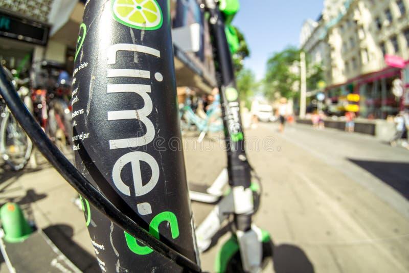 Elektrisk sparkcykel för limefrukt-s av företagslimefrukten i gatan i Wien Österrike royaltyfria foton