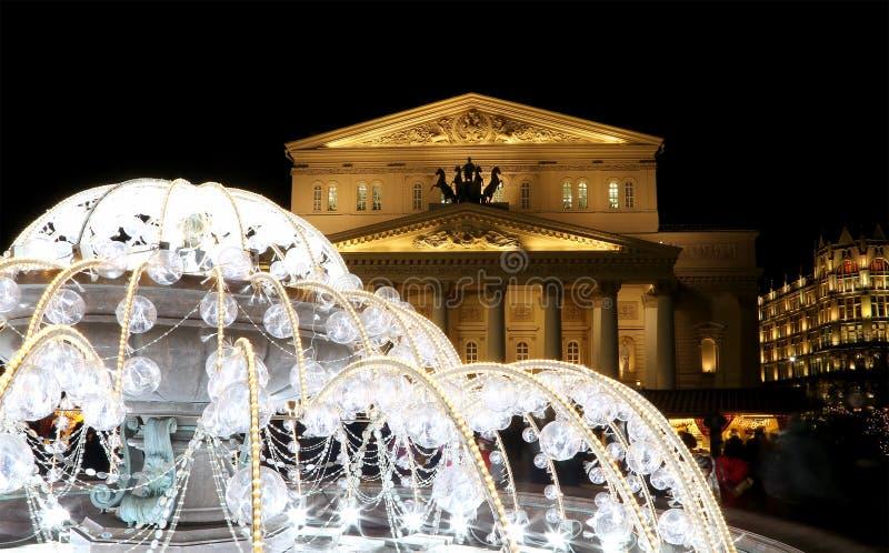 Elektrisk springbrunn på natten som tänds under jul nära den Bolshoi teatern, Moskva, Ryssland royaltyfri bild