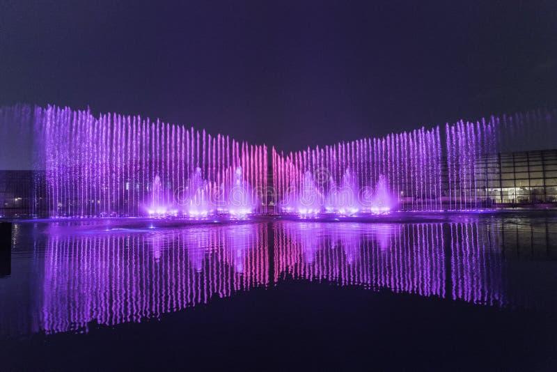 Elektrisk springbrunnmusikal, okada, manila, natt som är upplyst royaltyfri fotografi