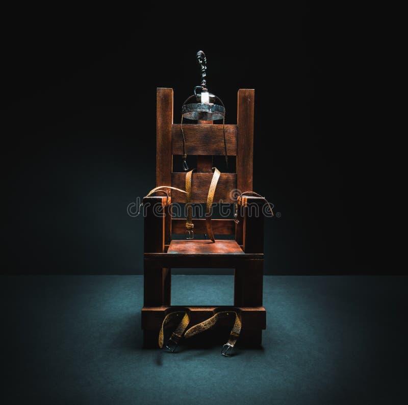 Elektrisk stol i en mörk bakgrund royaltyfri foto