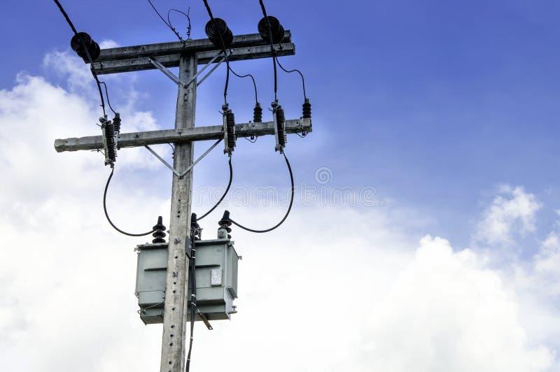 Elektrisk stolpe och transformator fotografering för bildbyråer