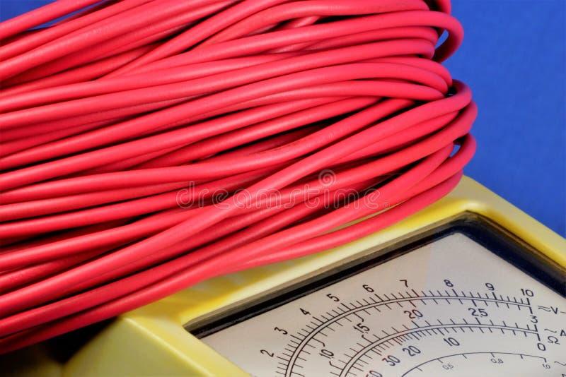 Elektrisk tester för tråd och multimeter - ett hjälpmedel en elektriker Ledningsnät för strömförsörjning- och dataöverföringen i  fotografering för bildbyråer