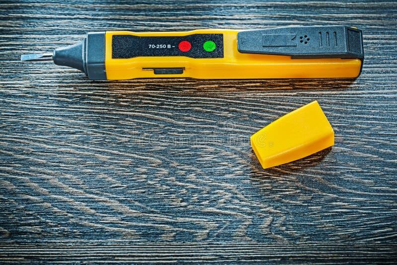 Elektrisk tester på begrepp för elektricitet för bästa sikt för träbräde arkivbild